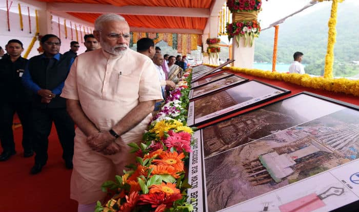 PM Modi reviewing the work of Statue of Unity (PIB)