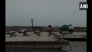 शिक्षक दिवस में अनुपस्थित रहने पर टीचर ने छात्रों को मुर्गा बनाकर दौड़ा दिया, वीडियो वायरल