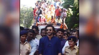 Ganpati Visarjan 2017: Ranbir Kapoor Bids Adieu To Lord Ganesha As His Fans Join Him - Watch Videos