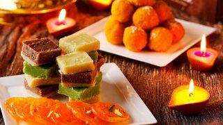 दिवाली 2017: अपनों की सेहत का रखें ख्याल, घर पर ही बनाएं ये स्वादिष्ट मिठाइयां