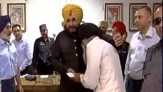 Navjot Singh Sidhu Pays Rs 15 Lakh Compensation to Punjab Farmers From His Own Pocket, Fulfills Promise Made in April