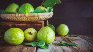 Guava Fruit Benefits: वजन घटाने से लेकर डायबिटीज तक के लिए अमरूद है फायदेमंद, जानें इसके चमत्कारी गुण
