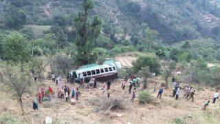जम्मू-कश्मीर: पहाड़ी रास्ते से गुजरते वक्त खाई में गिरी बस, 22 यात्री घायल