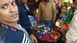 दिल्ली: भैरों बाबा मंदिर में प्रसाद के नाम बांटी जाती है शराब, नहीं लग रही है रोक