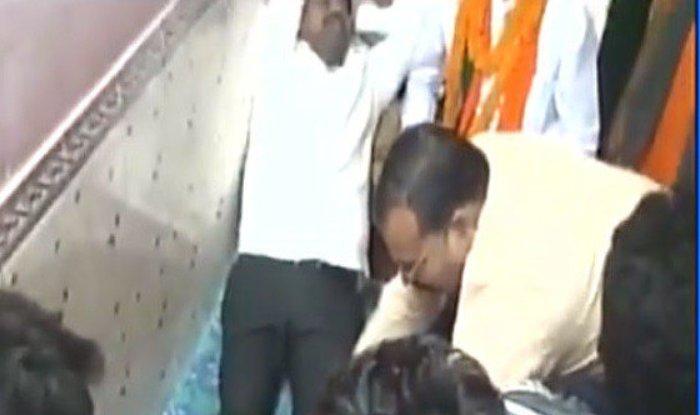 उत्तर प्रदेश के स्टाम्प एवं नागरिक उड्डयन मंत्री नन्द गोपाल गुप्ता 'नंदी' का एक वीडियो सोशल मीडिया पर वायरल हो रहा है, (फोटो- ट्विटर)