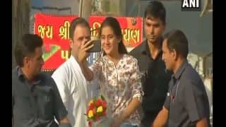 VIDEO: SPG कंमाडो के समाने राहुल की गाड़ी पर चढ़ गई लड़की, मुस्कुराते हुए खिंचाई सेल्फी