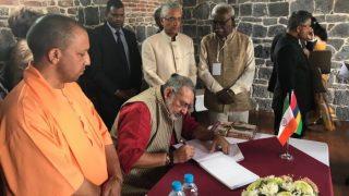 BJP नेता गिरिराज सिंह और CM योगी के सामने हुआ तिरंगे का अपमान
