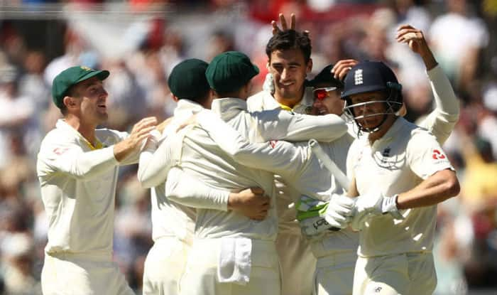 Mitchell Starc celebrates fall of a wicket with teammates | Getty Images