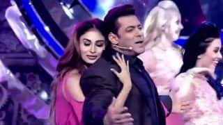 Bigg Boss 11: Mouni Roy Sizzles The Stage Alongside Salman Khan In Weekend Ka Vaar