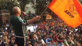 'पैडमैन' के लिए अक्षय कुमार ने थामा ABVP का झंडा, लोगों ने किए मजेदार कमेंट्स