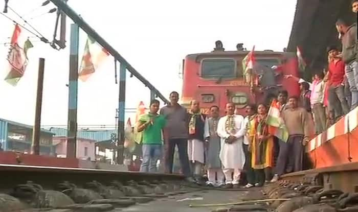 Congress workers block railway track after announcing state-wide bandh