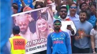 बाउंड्री पर खड़े कोहली को फैंस ने पोस्टर दिखा के दी शादी की बधाई, विराट ने दिया ये रिएक्शन