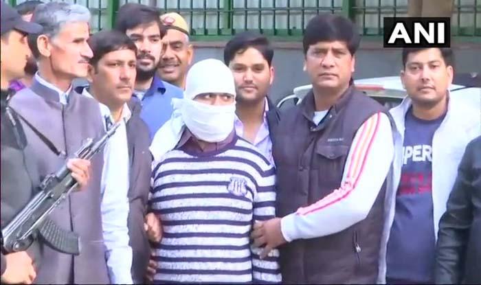 दिल्ली पुलिस की गिरफ्त में आतंकी जुनैद.