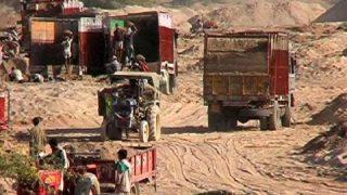 SDM ने छोड़ दिए अवैध बालू से भरे 200 वाहन, माफियाओं ने ट्रकों से रौंद दी किसानों की फसल
