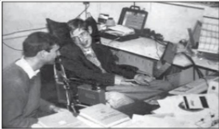 कैंब्रिज यूनिवर्सिटी के अपने कार्यालय में स्टीफन हॉकिंग. (सभी फोटो साभारःमहेश शर्मा लिखित पुस्तक 'स्टीफन हॉकिंग')