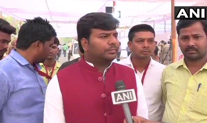 गोरखपुर से जीते सपा प्रत्याशी प्रवीण निषाद. (फोटो साभारः एएनआई)