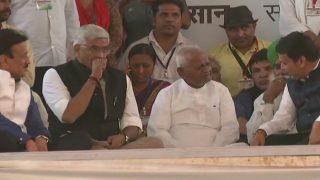 Anna Hazare Hunger Strike: Shoe Hurled on Stage During Devendra Fadnavis's Speech at Ramlila Ground