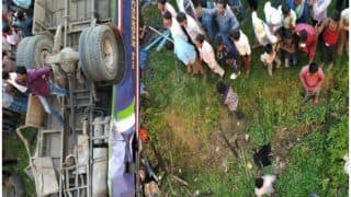 बिहार: सीतामढ़ी में 30 फीट गहरे गड्ढे में जा गिरी बस, 14 की मौत, 38 घायल