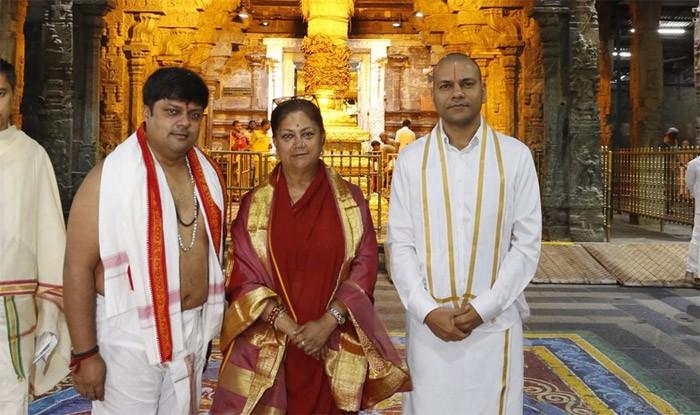 तिरुपति में देव दर्शन करने पहुंची राजस्थान की सीएम वसुंधरा राजे ने अमिताभ बच्चन के इलाज में पूरा ध्यान रखने के निर्देश दिए हैं. ( फोटो साभार: टि्वटर )