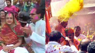 पत्नी के साथ बैठे एमपी के सीएम ने गाई फाग तो यूपी के मुख्यमंत्री ने उड़ाया रंग गुलाल, देखें नेताओं की होली
