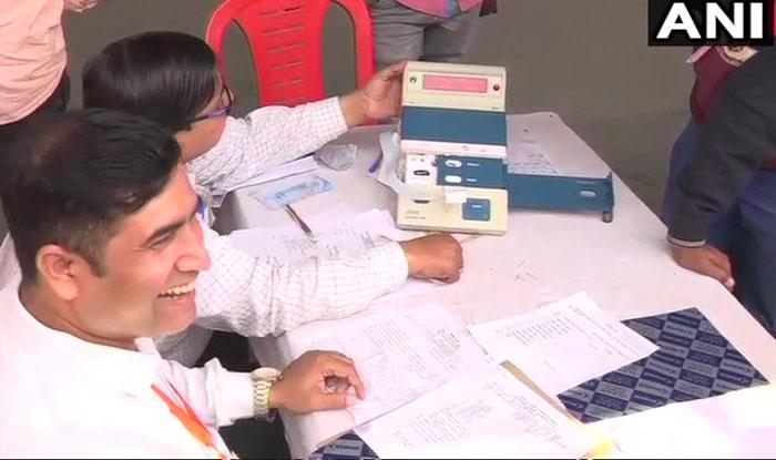 गोरखपुर में वोटों की गिनती करते. फोटो साभार: एएनआई