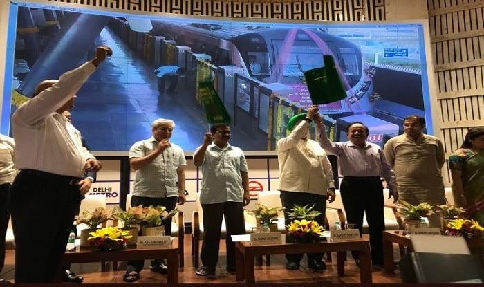 दिल्ली मेट्रो की पिंक लाइन का हरी झंडी दिखाकर उद्घाटन करते सीएम केजरीवाल. फोटो: ट्विटर