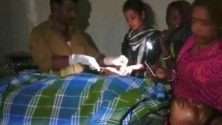 अस्पताल में बिजली गई तो टॉर्च जलाकर हुआ महिला का ऑपरेशन, देखें वीडियो