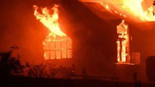 आसमान में उड़ते विमानों से निकली चिंगारी, घर के छप्पर और कार में लगी आग