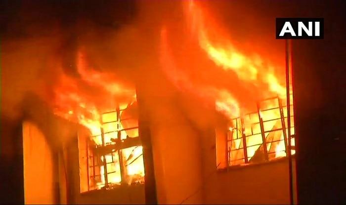 पालघर में केमिकल फैक्ट्री में लगी आग. फोटो: ANI