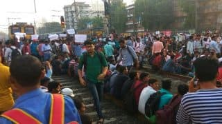 Mumbai Central Line Protests: Trains Begin Moving From Matunga Road After 4-Hour Long Halt as Police Remove Protesters From Tracks