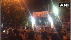 यौन शोषण के आरोपी JNU के प्रोफसर की गिरफ्तारी की मांग को लेकर छात्रों ने वसंतकुंज थाना घेरा