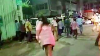 Hyderabad: 'Drunk' Woman Pelts Stone at Media, Argues With Cops After Friend Held For Drunken Driving -  Watch Video