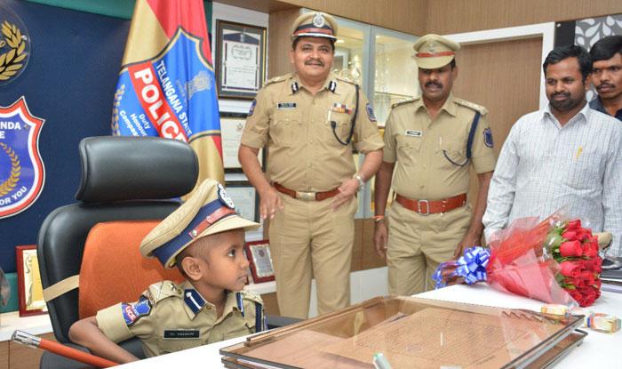 हैदराबाद के राचकोंडा पुलिस कमिश्नर के दफ्तर में बैठा इशान. (फोटोः राचकोंडा पुलिस)