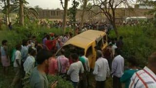 सड़क से खेतों में पहुंची कार, काम कर रही 4 महिलाओं को रौंदा, 3 की मौत