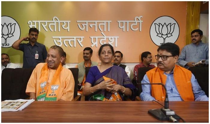 बीजेपी के स्थापना दिवस के मौके पर लखनऊ में मौजूद रक्षा मंत्री निर्मला सीतारमण. साथ में यूपी के सीएम योगी आदित्यनाथ.