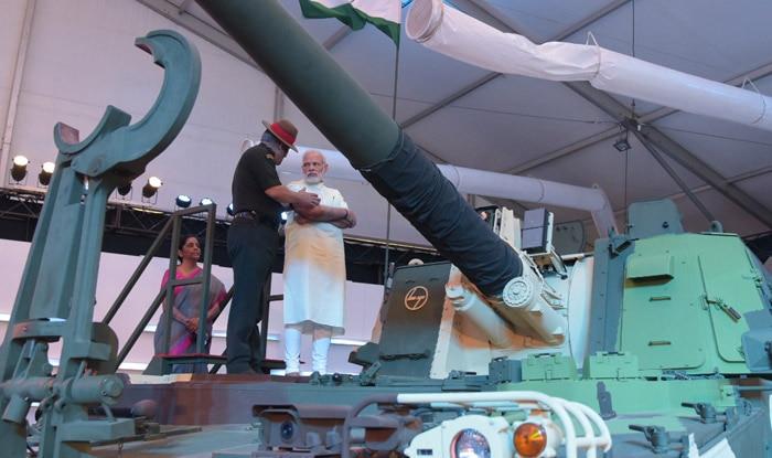 प्रधानमंत्री नरेंद्र मोदी ने चेन्नई में आयोजित रक्षा प्रदर्शनी में टैंक पर चढ़कर रक्षा उत्पादों के बारे में जानकारी हासिल की. (फोटोः पीआईबी)
