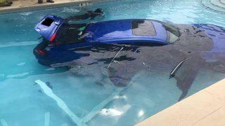 गलत तरीके से पार्क हुई कार पूल में गिरी, लोगों ने कहा ये नई तरह की कारपूलिंग