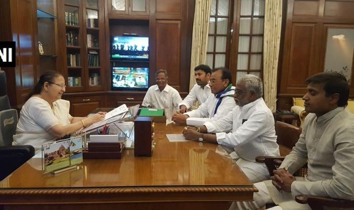 YSR congrss Lok Sabha MPs submitted their resignations to Speaker Sumitra Mahajan