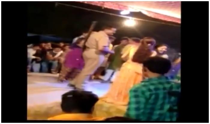 पुलिसकर्मी स्टेज पर डांसर्स के साथ मस्ती करते दिख रहा है. (साभार एएनआई)