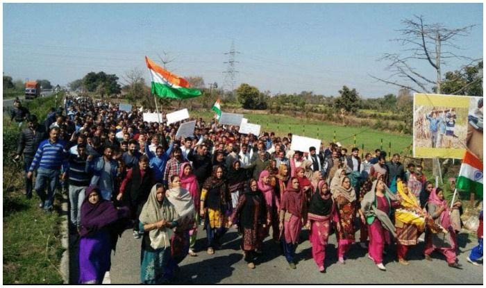 आरोपियों के समर्थन में निकली रैली. फोटो साभार- डीएनए