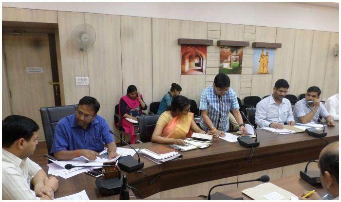 जिलाधिकारी कैम्प कार्यालय में अधिकारियों के साथ बैठक