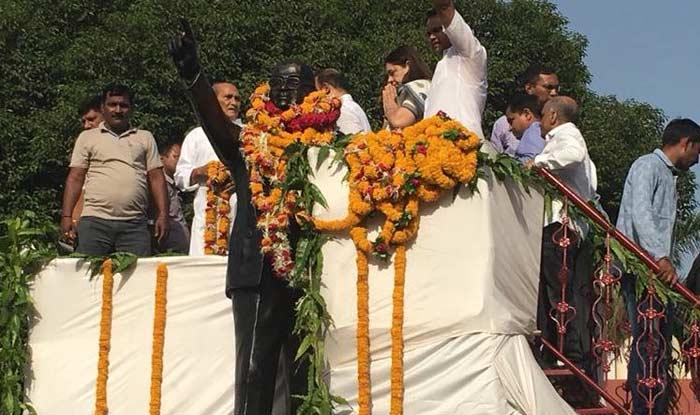 मेनका गांधी और अन्य नेताओं ने सुबह करीब नौ बजे प्रतिमा पर पुष्पांजलि अर्पित की और कार्यक्रम स्थल से रवाना हो गए.  (फोटो साभार- ट्वविटर)