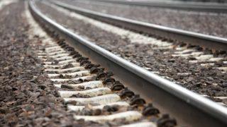 ट्रेन में चढ़ते समय पैर कटा,  कटे पैर को उठाकर खुद प्लेटफॉर्म पर  चढ़े, लोग वीडियो बनाते रहे