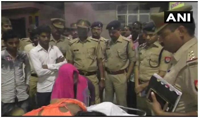 मृत बच्ची के परिजन विलाप करते हुए. बगल में खड़े हैं एसएसपी व अन्य पुलिसकर्मी. फोटो एएनआई