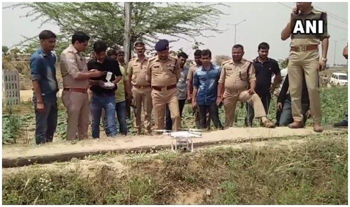 जंगल में गायब हुए बदमाश को पकड़ने के लिए ड्रोन कैमरे की सहायता लेती पुलिस. फोटो एएनआई