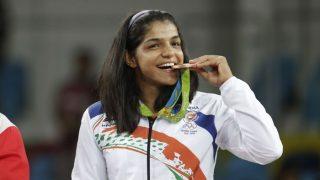 ओलंपिक में मेडल जीतने के बाद उसे दांतों से क्यों काटते हैं खिलाड़ी, जानिए कारण