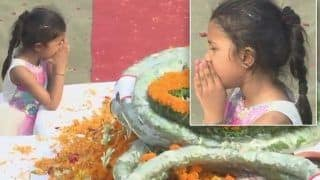 हाथों से चेहरा और आंखों को छिपाकर शहीद के पार्थिव शरीर को देख रोती रही बेटी, लोग बोले- 'ये दुःख का चरम है'