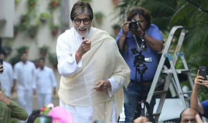 Amitabh Bachchan surprises his fans by breaking into a jig with them