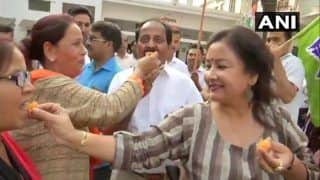 येदियुरप्पा के इस्तीफे के बाद कांग्रेस ऑफिस में बंटी मिठाई, बीजेपी ऑफिस में छाया सन्नाटा