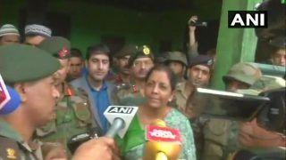 जम्मू-कश्मीर: शहीद जवान औरंगजेब के घर पहुंची रक्षा मंत्री निर्मला सीतारमण, परिवार का बढ़ाया हौसला